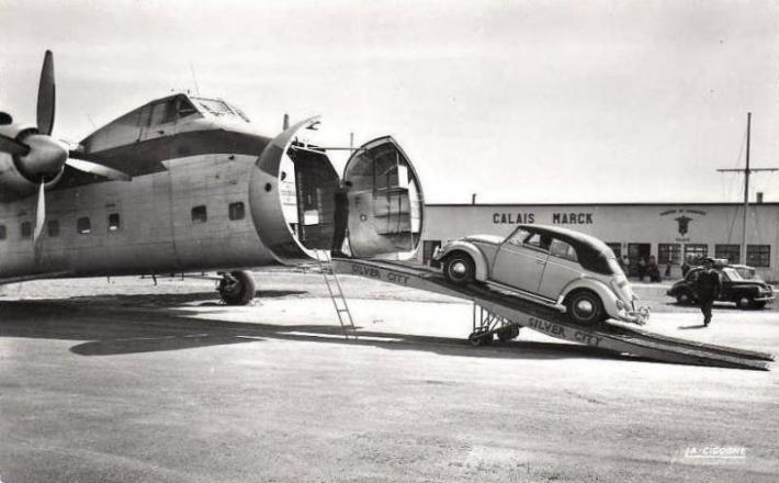aeroport-de-calais-marck-l-embarquement-des-voitures-dans-les-annees-1960.jpg
