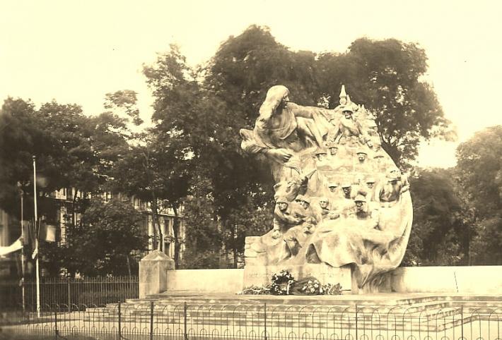 calais-l-ancien-monument-aux-morts-et-la-rue-richelieu.jpg
