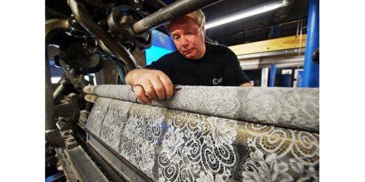 calais-la-dentelle-ouvrier-tulliste-travaillant-sur-le-metier-herve-tavernir-calais.jpg