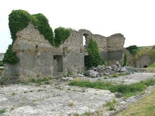 calais-le-fort-nieulay-ruine-d-un-mur-vieux-fort-anciennes-fortifications-de-vauban.jpg