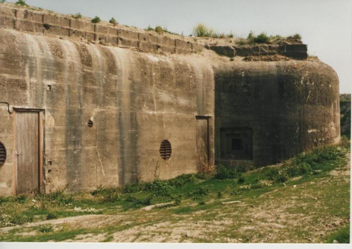 calais-le-fort-nieulay-un-bunker-allemand-reste-dans-l-enceinte-du-vieux-fort-anciennes-fortifications-de-vauban.jpg