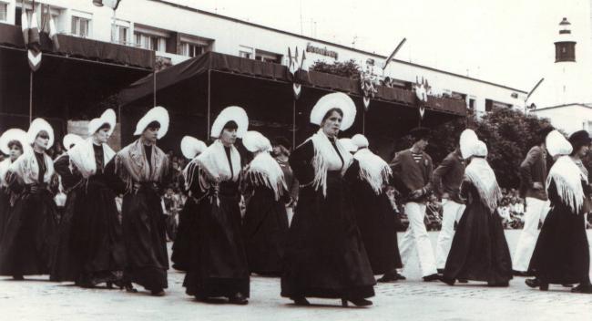 calais-les-dames-de-la-halle-place-d-armes-herve-tavernier-calais.jpg