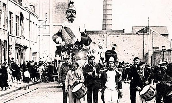 carnaval-de-dunkerque-le-geant-reuze-papa-defile.jpg