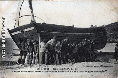 equihen-marins-reunissant-leurs-efforts-pour-mettre-une-barque-a-la-mer-herve-tavernier-calais.jpg