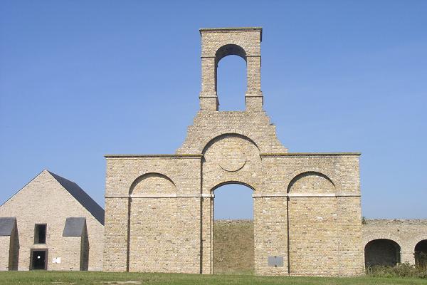 fort-nieulay-la-facade-de-la-chapelle-herve-tavernier-calais.jpg
