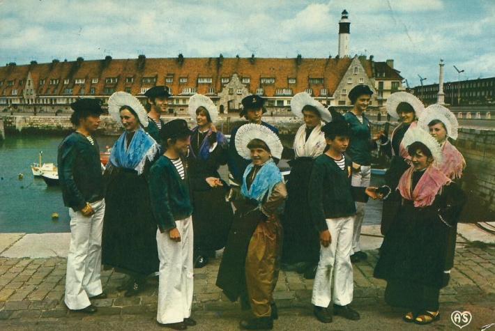 groupe-folklorique-les-dames-de-la-halle-un-brin-de-causette-devant-le-bassin-du-paradis.jpg