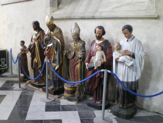 Les statues de Notre Dame en attente...herve tavernier calais.jpg