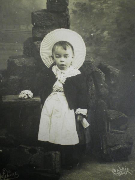 jeune enfant de matelote courguinoise en tenue du dimanche.jpg