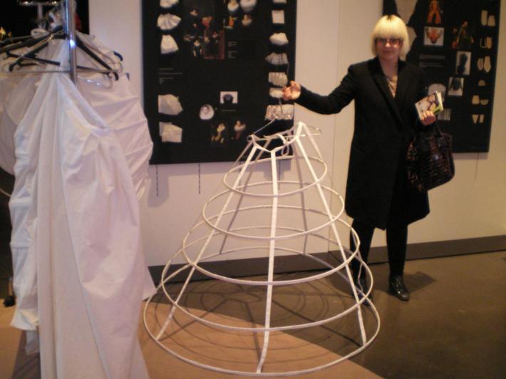 armature de robe à panier tenue par Cassandre lors de l'expo cité internationale de la mode et de la dentelle a calais.jpg