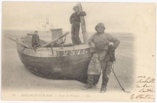pêcheurs-boulonnais-devant-leur-embarcation.jpg