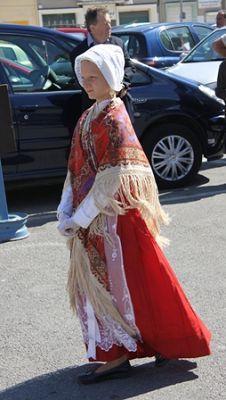 le-portel-jeune-fille-en-habit-rouge-herve-tavernier-calais-1.jpg