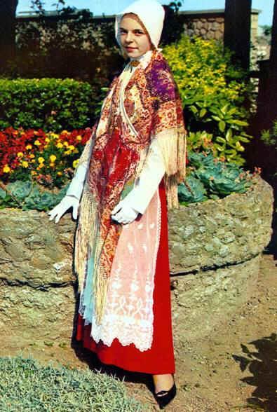 le-portel-jeune-porteloise-et-sa-tenue-de-ceremonie-tout-en-rouge-2.jpg