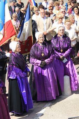 le-portel-les-matelottes-en-grande-tenue-femme-mariee-habillee-de-violet-herve-tavernier-calais-1.jpg