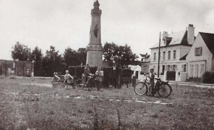 marck-la-grande-place-et-le-monument-aux-morts.jpg