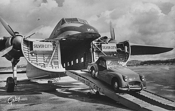 marck-un-bristol-170-freigther-de-la-compagnie-silver-city-debarquant-une-voiture-sur-l-aerodrome-de-calais-marck.jpg