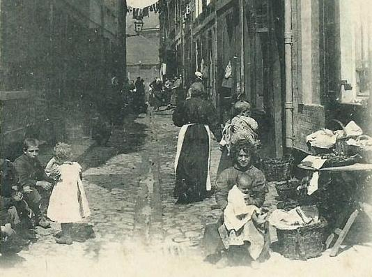 marchande-de-poisson-dans-les-rues-du-courgain.jpg